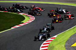 Nico Rosberg, Mercedes AMG F1 W07 Hybrid leads Lewis Hamilton, Mercedes AMG F1 W07 Hybrid, Daniel Ricciardo, Red Bull Racing and the rest of the field at the start