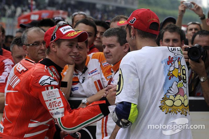 Ganador de la carrera Casey Stoner, Ducati Marlboro Team, y el tercer lugar y Campeón 2009 de MotoGP Valentino Rossi, Fiat Yamaha Team