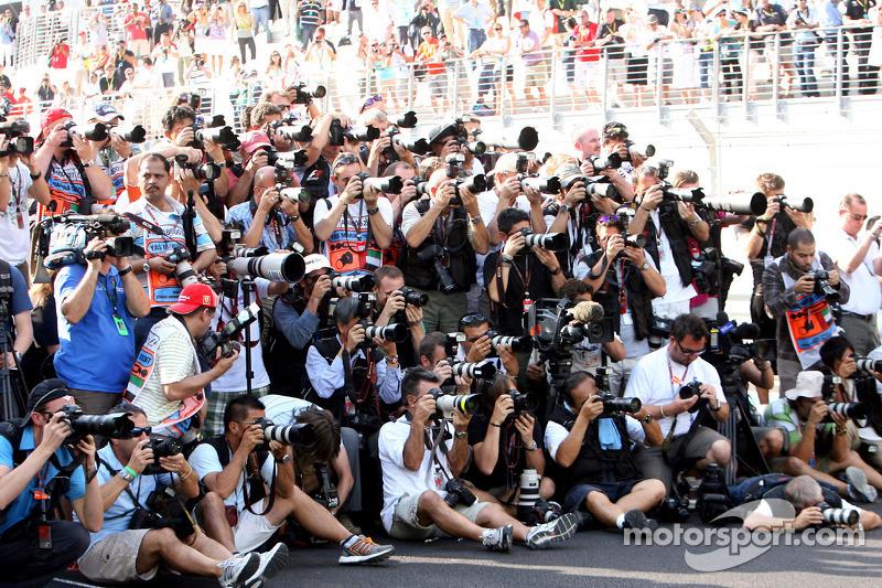 Fotógrafos en el trabajo durante la foto de grupo de pilotos