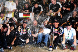 Celebración del equipo Red Bull Racing: Sebastian Vettel, Red Bull Racing celebra su victoria con Mark Webber, Red Bull Racing, Christian Horner, Red Bull Racing, Director deportivo y el equipo