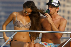 Jenson Button ve Jessica Michibata are spending time together, a cruise around marina Dubai