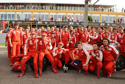 F1 exhibition: Luca Badoer, Felipe Massa, Marc Gene et les mécaniciens Ferrari