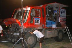 #533 Mercedes: Thomas Wallenwein et Serge Cabiro dans la zone de réparation