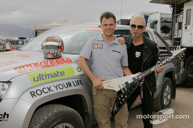Dr Wolfgang Schreiber, membre du Conseil d'Administration de Volkswagen Utilitaires, et Rudolf Schenker du groupe de rock Scorpions