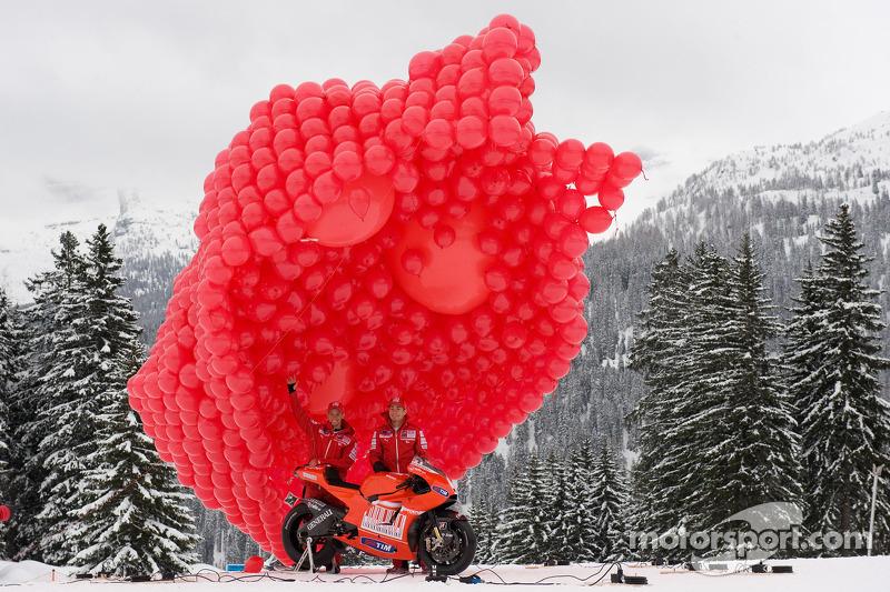 Nicky Hayden et Casey Stoner présentent la nouvelle Ducati Desmosedici GP10