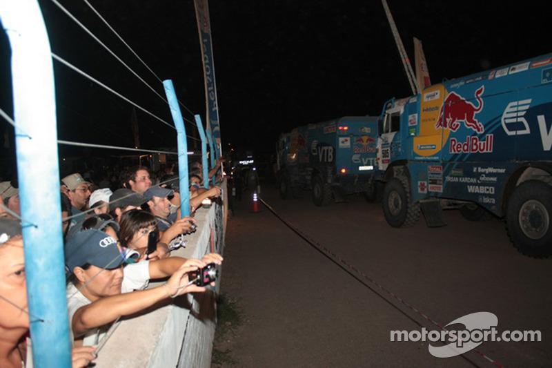 Des fans saluent le passage d'un camion Kamaz-Master