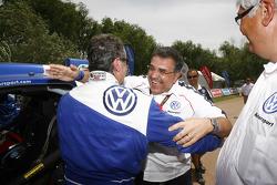Carlos Sainz, vainqueur du Dakar 2010 dans la catégorie Autos célèbre son succès avec Francisco Javier Garcia Sainz, membre du conseil d'administration de Volkswagen AG
