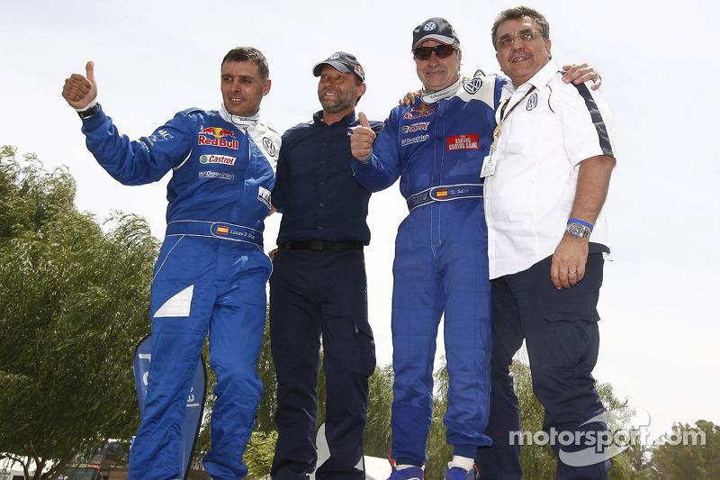 Carlos Sainz et Lucas Cruz, vainqueurs du Dakar 2010 dans la catégorie Autos célèbrent leur succès avec Kris Nissen et Francisco Javier Garcia Sainz