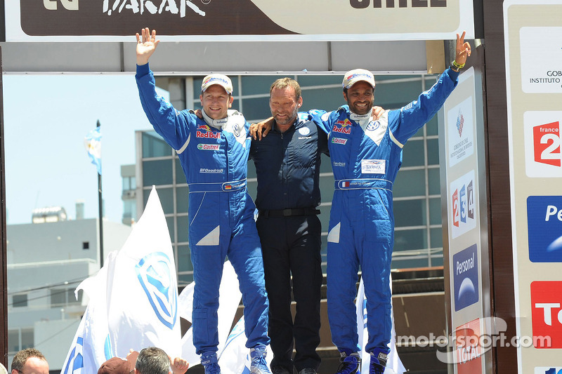 Podium catégorie AutosDakar 2010: Carlos Sainz et Lucas Cruz, vainqueurs, célèbrent leur succès avec Kris Nissen