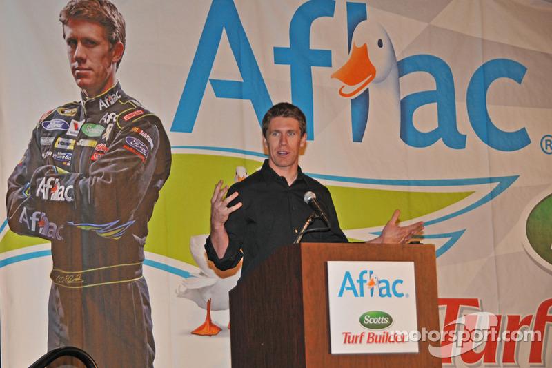 Carl Edwards toont de media zijn bekende Aflac eend logo in de achtergrond