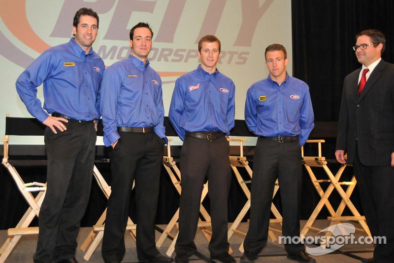 Elliott Sadler, Paul Menard, Kasey Kahne et A.J. Allmendinger (Pilotes du Richard Petty Motorsport) et le propriétaire d'écurie Foster Gillett sur la droite
