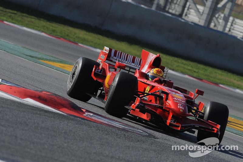Valentino Rossi mengemudikan Ferrari F2008 di Catalunya pada 2010