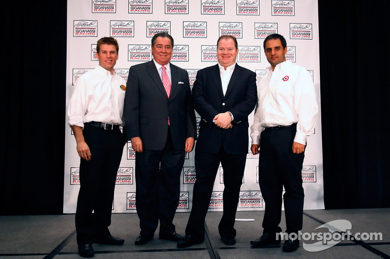 Le Earnhardt Ganassi Racing NASCAR Sprint Cup Media Tour s'arrête à Concord:  Jamie McMurray, Felix Sabates, Chip Ganassi et Juan Pablo Montoya posent pour la photo d'équipe