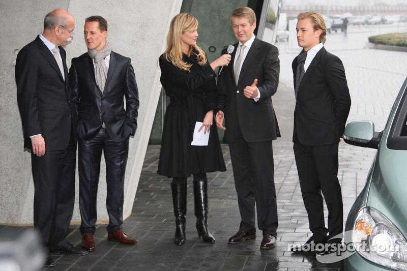 Michael Schumacher con el Dr. Dieter Zetsche mientras Nico Rosberg observa