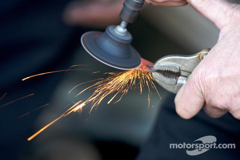 Des membres du GAINSCO/ Bob Stallings Racing réparent le châssis de la #99 Chevrolet Riley, gravemen