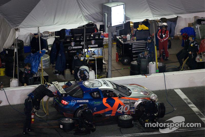 Arrêt aux stands pour #40 Dempsey Racing Mazda RX-8: Patrick Dempsey, Charles Espenlaub, Joe Foster