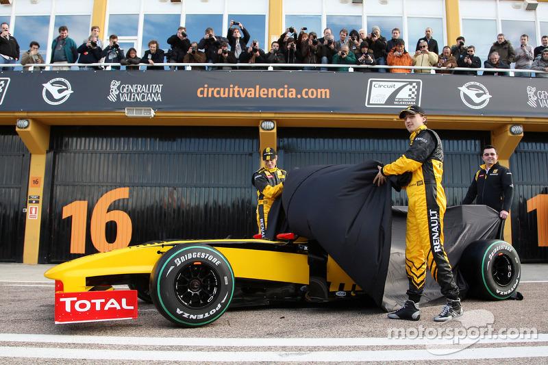 Vitaly Petrov, Renault F1 Team, Robert Kubica, Renault F1 Team, Eric Boullier, Team Principal, Renault F1 Team révèlent la R30