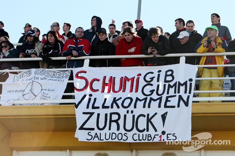 Вболівальники з банером спостерігають за Міхаелем Шумахером, Mercedes GP