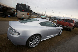 Une belle Aston Martin garée dans l'Infield