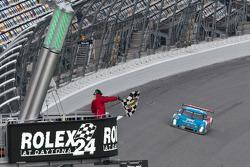 #01 Chip Ganassi Racing met Felix Sabates BMW Riley: Max Papis, Scott Pruett, Memo Rojas, Justin Wilson passeert de finishvlag