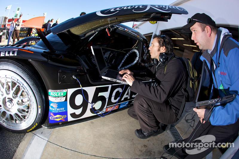 Crown Royal/NPN Racing teamleden aan het werk