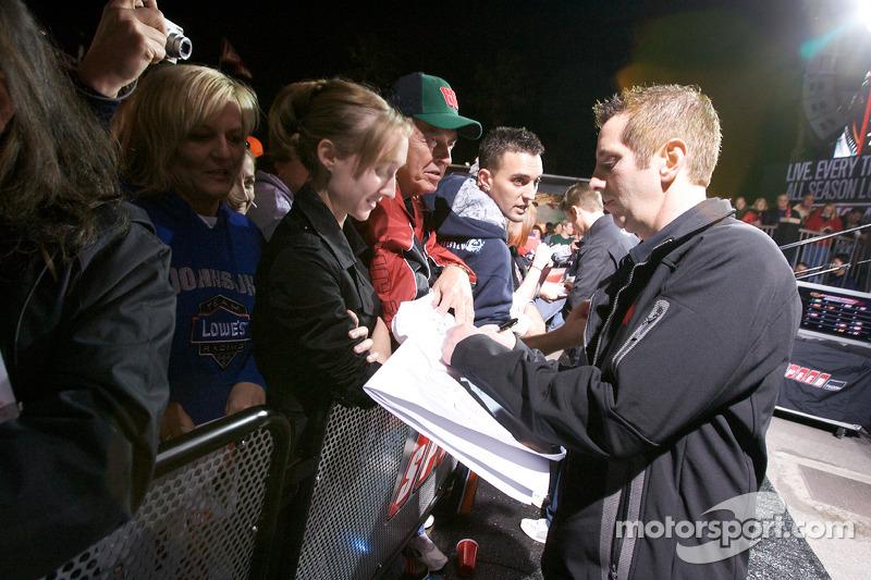 Greg Biffle, Roush Fenway Racing Ford signant des autographes