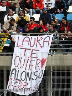 Fans met spanddoeken for Fernando Alonso, Scuderia Ferrari