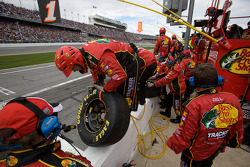 Earnhardt Ganassi Racing Chevrolet teamleden maakt zich klaar voor de pitstop