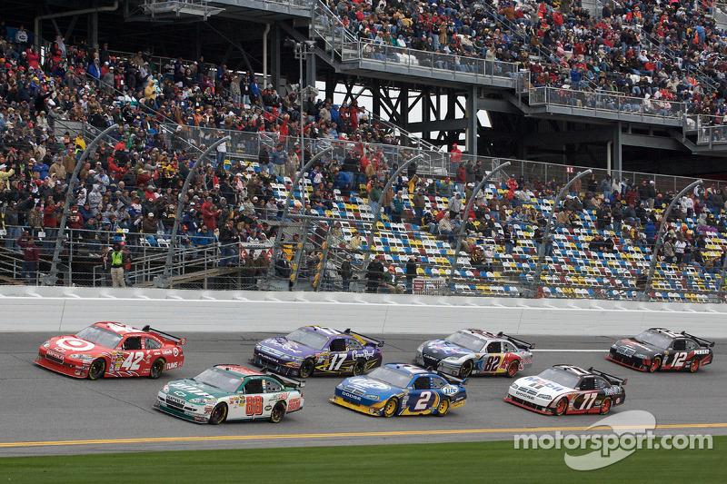 Start: Dale Earnhardt Jr., Hendrick Motorsports Chevrolet en Juan Pablo Montoya, Earnhardt Ganassi Racing Chevrolet