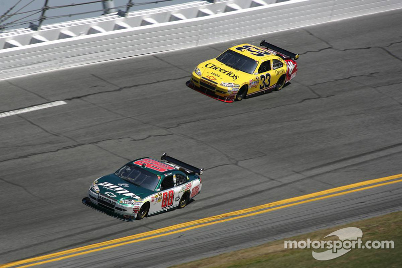 Dale Earnhardt Jr., Hendrick Motorsports Chevrolet, Clint Bowyer, Richard Childress Racing Chevrolet
