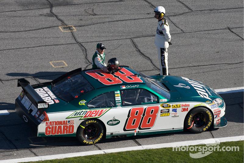 Dale Earnhardt Jr., Hendrick Motorsports Chevrolet uit zijn auto