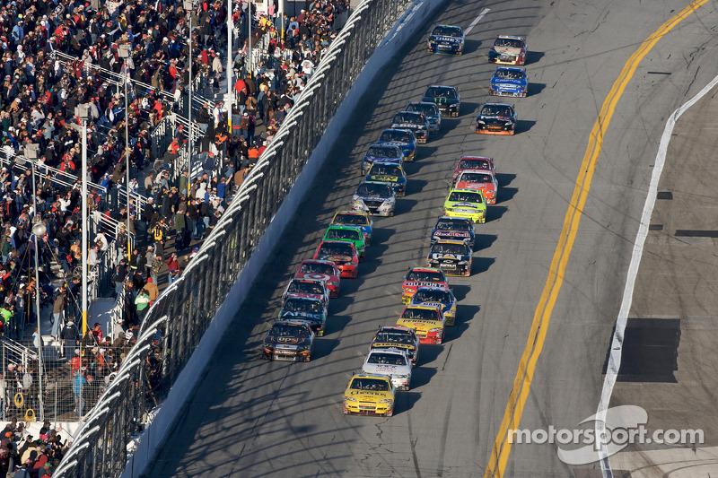 Clint Bowyer, Richard Childress Racing Chevrolet voert het veld aan