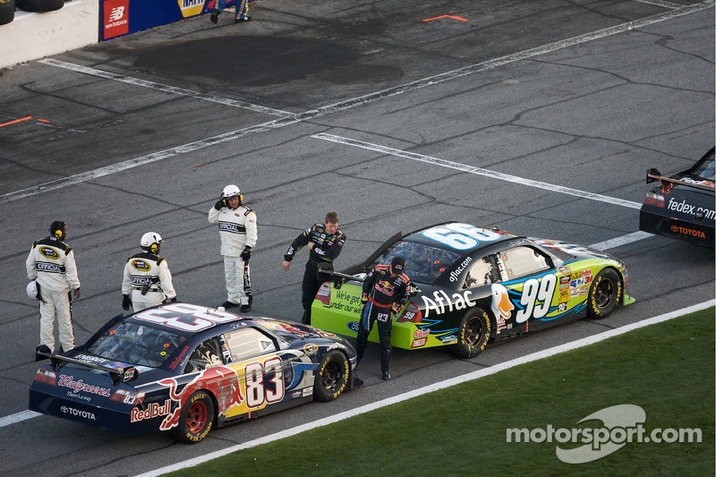 Carl Edwards, Roush Fenway Racing Ford en Brian Vickers, Red Bull Racing Team Toyota uit hun auto's