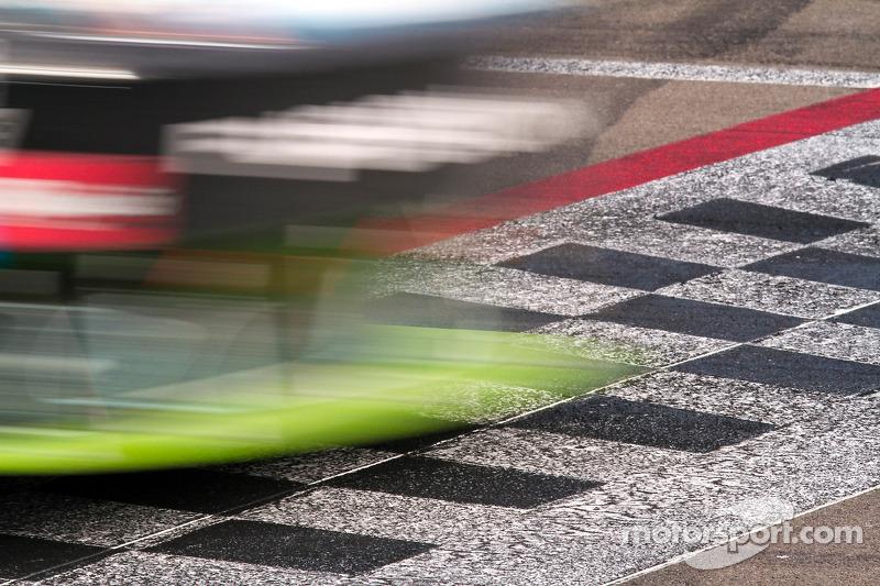 Carl Edwards, Roush Fenway Racing Ford passeert de finishlijn
