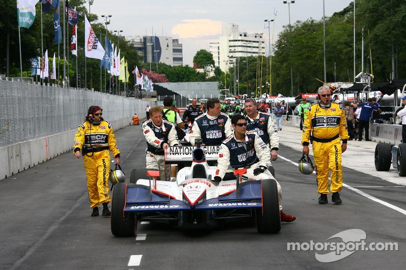 Auto van Dan Wheldon, Panther Racing wordt geduwd naar de pitstraat