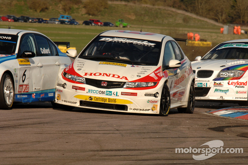 Rob Collard WSR BMW 320si en Matt Neal Honda Racing Honda Civic crash in Chicane