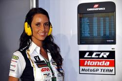 Une charmante membre de l'équie LCR Honda MotoGP