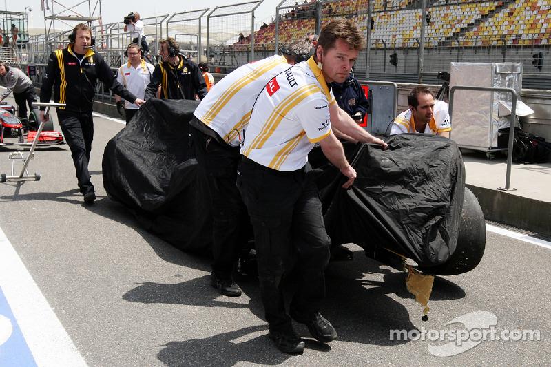 Beschadigde wagen van Vitaly Petrov, Renault F1 Team in de pits