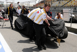The damaged car of Vitaly Petrov, Renault F1 Team is returned to the pits