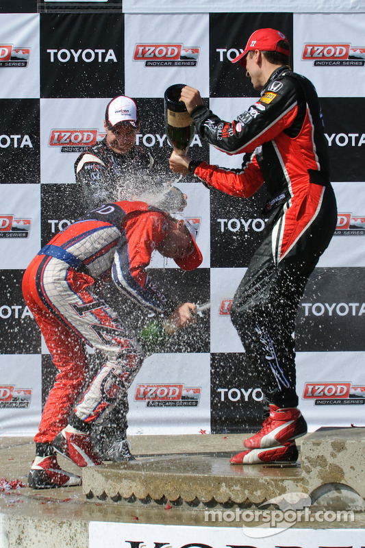 Ryan Hunter-Reay, Will Power en Justin Wilson met champagne