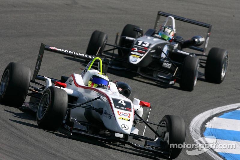 Carlos Munoz, Mücke Motorsport, Dallara F308 Mercedes, rijdt voor Antonio Felix da Costa, Motopark Academy, Dallara F308 Volkswagen
