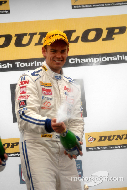 Race winnaar Tom Chilton met Champagne