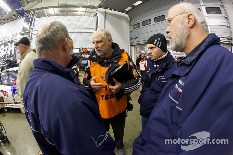 Porsche racing ingenieur Roland Kussmaul, Marc Lieb en Olaf Manthey