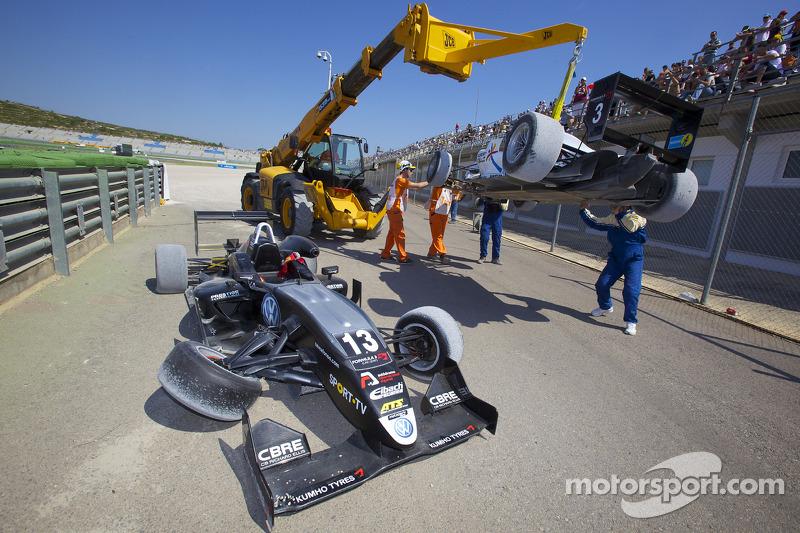 Crash: Antonio Felix da Costa, Motopark Academy Dallara F308 Volkswagen en Roberto Merhi, Mücke Moto