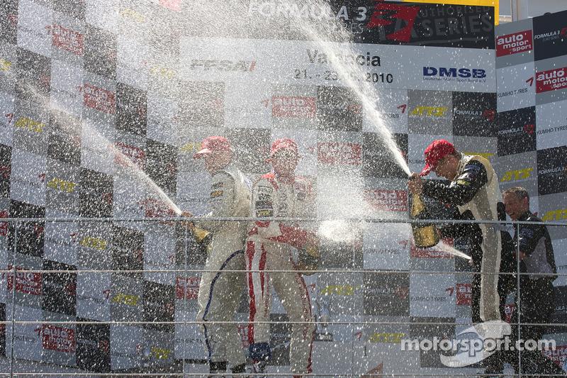 Podium: race winnaar Kevin Magnussen, Motopark Academy Dallara F308 Volkswagen, 2de Nicolas Marroc, Prema Powerteam Dallara F308 Mercedes, 3de Laurens Vanthoor, Signature Dallara F308 Volkswagen met champagne