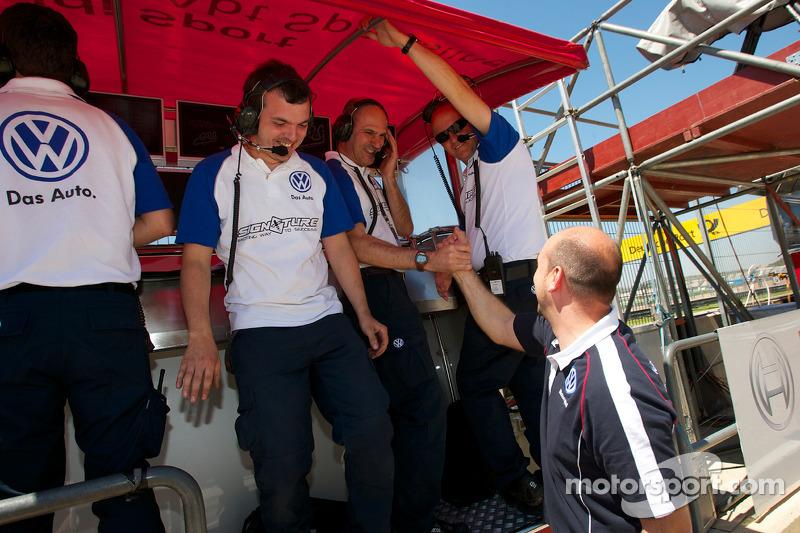 Signature team viert pole Edoardo Mortara