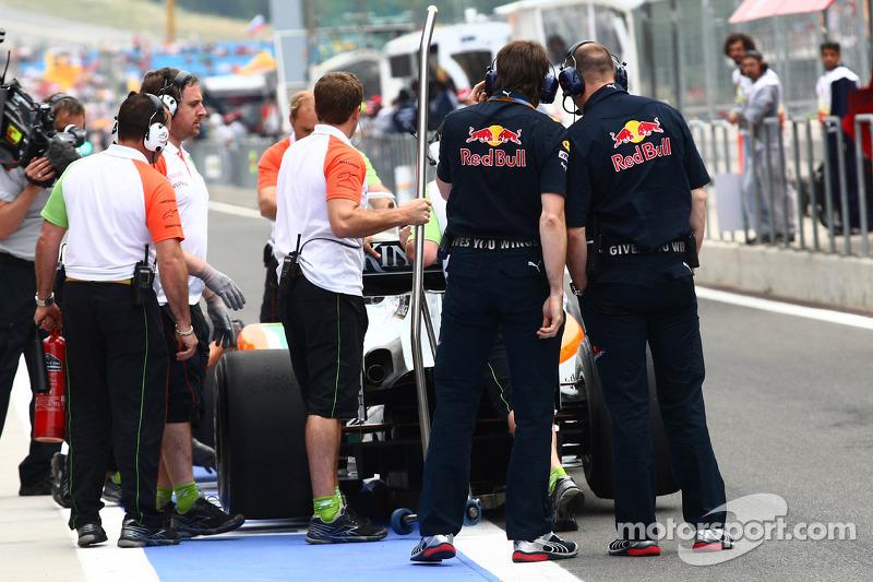 Red Bull ingenieurs inspecteren de Force India