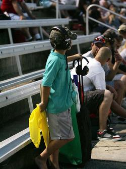 Een jonge vlaggenman oefent op de tribune