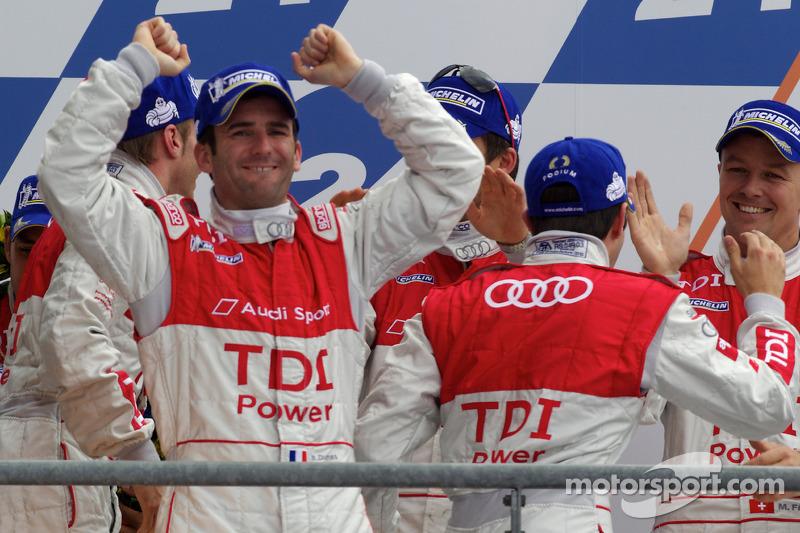 Race winnaars Romain Dumas, Mike Rockenfeller en Timo Bernhard op podium