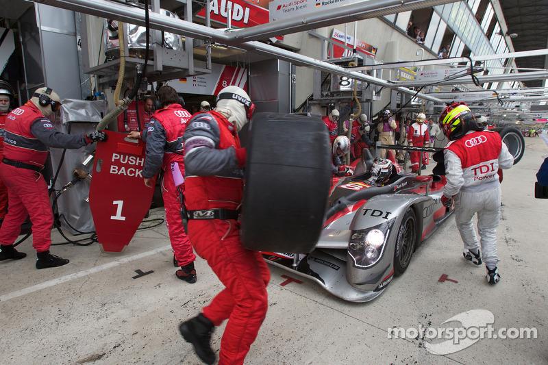 Pitstop #8 Audi Sport Team Joest Audi R15: André Lotterer, Marcel Fässler, Benoit Treluyer